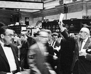 Black & white photo of busy stock trader floor